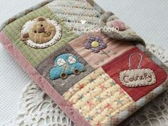Funda cartilla Japanese Patchwork, Patchwork Bags, Quilted Bag, Patch Quilt, Applique Quilts, Embroidery Applique, Fabric Book Covers, Fabric Journals, Wallet Pattern