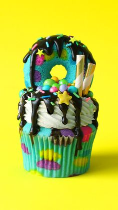 Lucky Rabbits Foot Freakshake Cupcakes A baileys vanilla cake with chocolate and plenty of good luck sprinkles! Köstliche Desserts, Chocolate Desserts, Delicious Desserts, Yummy Food, Chocolate Cupcakes, Cupcake Recipes, Cupcake Cakes, Dessert Recipes, Baking Cupcakes