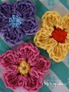 Simple crochet flower pattern www.skiptomylou.org Great garland on there too with leaves, just lovely. Follow link xox http://www.skiptomylou.org/2013/03/19/crochet-flower-garland/