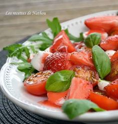 Salade de tomates, fraises et mozzarella, sauce fraises-citron vert - Ôdélices : Recettes de cuisine faciles et originales ! Caprese Salad, Cantaloupe, Sauce, Fruit, Ethnic Recipes, Desserts, Food, Crab Salad, Key Lime