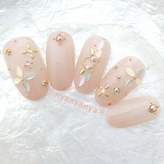 The advantage of the gel is that it allows you to enjoy your French manicure for a long time. There are four different ways to make a French manicure on gel nails. Nail Jewels, Nail Art Rhinestones, Rhinestone Nails, Korean Nail Art, Korean Nails, Gem Nails, Sparkle Nails, Bling Nails, Mickey Nails