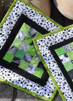 pot holder - mug rug. No directions. Small Quilts, Mini Quilts, Mug Rug Patterns, Quilt Patterns, Apron Patterns, Quilting Projects, Sewing Projects, Fabric Crafts, Sewing Crafts