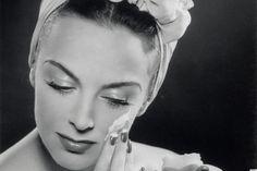 La crème Retin-A rétinol est un dérivé de la vitamine A, qui contient de la trétinoïne et a été introduit il y a plus de 30 ans pour traiter l'acné. C'est le traitement de choix pour l'acné et même si elle a obtenu des résultats remarquables contre les taches, les utilisateurs ont aussi remarqué des améliorations significatives dans leur physionomie d'ensemble. En conséquence, le rétinol-A a été approuvé par la FDA (Food and Drug Administration au USA) pour une utilisation cosmétique…