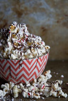 Chocolate Candy Cane Kettle Corn - (Just in case you have some leftover candy canes? Popcorn Recipes, Snack Recipes, Dessert Recipes, Snacks, Gourmet Popcorn, Appetizer Recipes, Vegetarian Recipes, Christmas Cookies Gift, Christmas Desserts