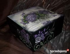 Oryginalna i bardzo dekoracyjna drewniana szkatułka, która z pewnością nacieszy oka każdego amatora niepowtarzalnych przedmiotów!!! Pudełko świetnie nadaje się do przechowywania drobnych przedmiotów np. biżuterii, bibelotów itp. Wnętrze szkatułki zostało pomalowane i polakierowane - dno i wieczko szkatułki zostało wyścielone dopasowaną kolorystycznie filcową podkładką. Całość zdobień wykonana została ręcznie, zgodnie z moim autorskim pomysłem, więc mają Państwo gwarancję niepowtarzalności…