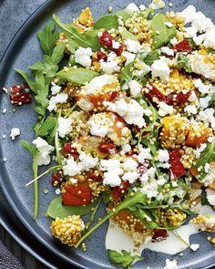 Een heerlijk verrassende en gezonde salade met quinoa, geroosterde pompoen, rucola, zongedroogde tomaten, pijnboompitten en feta.