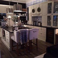 Cream kitchen with dark wood floors and cream leather breakfast stools Decor, Entryway Tables, Dining Chairs, Breakfast Stools, Home Kitchens, Kitchen, Home Decor, Kitchen Cabinets, Furniture