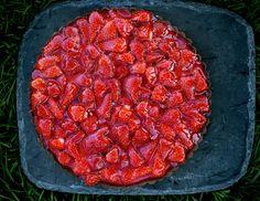 JORDBÆRGODT : Det er høysesong for norske jordbær, og Arne Brimi byr denne helga på tre fristende jordbæroppskrifter. Dette er en tertebunn med vaniljekrem, jordbærgele og masse friske jordbær. Foto: METTE MØLLER
