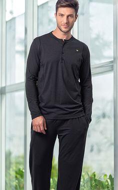 TAYLOR.Conjunto de Modal com Lycra composto por blusa com peitilho, recortes frontais e coroa masculina bordada cor lima. Calça com bolsos e detalhe de travete lima.