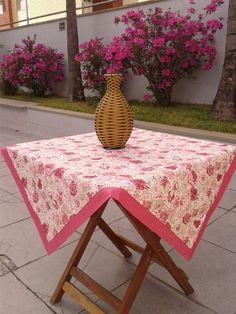 Toalha de mesa quadrada produzida com tecido 100% algodão. Barrado duplo feito em canto mitrado. <br> <br>Dimensões: 1m x 1m