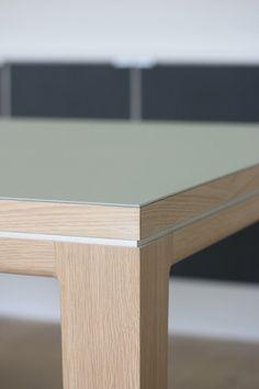 """Entwurf: Benjamin Pistorius 2013 Material: Eiche weiß-transparent geölt, Linoleum """"pistachio"""" Maße (LxBxH): 2600mm x 950mm x 750mm Tischblattdicke: 30mm Beindurchmesser: 80mm auf 60mm..."""