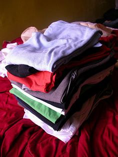 Fold Clothes for Travel * Going on vacation soon, maybe it will help me.