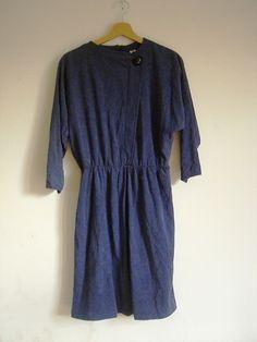 blaues Kleid mit Knopf