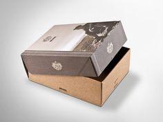 Schuhkarton, Deckel offsetkaschiert in besonderer Vintage-Optik, Unterteil flexo bedruckt.  • #Dinkhauser #offset #packaging #wellpappe #nachhaltig #plasticfree #keinplastik #klimaneutral #recycling #verkaufsverpackung #verpackungsdesign Recycling, Decorative Boxes, Vintage, Home Decor, Shoe Box Lids, Packaging Design, Decoration Home, Room Decor, Vintage Comics