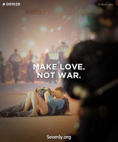 요거 예전에 신문에서 봤던 것 같은 기억이...시위대의 습격에 놀라 쓰러진 여자친구를 안심시키기 위해 뽀뽀해주는 남자친구. 좋다