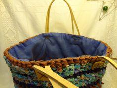sac panier en coton crocheté poignées en cuir, bleu et marron.