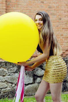 Ensaio de 15 anos com balões. Balões de 3 pés as cor amarelo. Créditos: Fotos e vídeos: Thais Camir Balões: Balão Cultura Modelo: Thainá  #Qualatex #balaocultura #balãocultura #ensaiofotografico