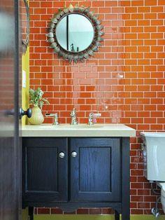 Los revestimientos en baños y cocinas suelen ser azulejos o baldosas cerámicas, que es un material duradero y resistente que igualmente con el paso de los años puede perder vigencia estética. Una forma de actualizar las paredes de un interior es usar la pintura para azulejos, por ello te mostramos algunas de las ventajas que …