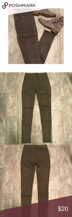 💚AMERICAN EAGLE💚 Hi-Rise Olive Green Jegging--00 💚AMERICAN EAGLE💚 Hi-Rise Olive Green Jegging -- Stitching detail down front Sean -- Zipper detail replace front pockets-- Bundle with other AE Products for savings 🛍 American Eagle Outfitters Jeans Skinny