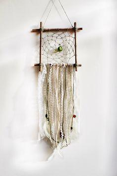 Dreamcatcher DIY - magic for a peaceful sleep! - Making Furniture yourself DIY Dreamcatchers, Dream Catcher Mobile, Gypsy Chic, Wall Decor, Room Decor, Diy Wall, Diy Décoration, Bohemian Decor, Wind Chimes