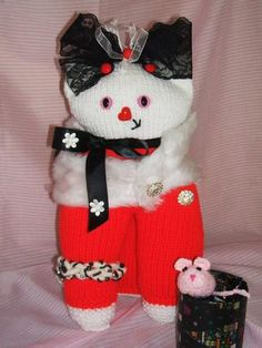 *A CHRISTMAS KITTY* Knitting Pattern by Susan Ward *A CHRISTMAS KITTY* is approx 15ins/38cms when complete, made using approx 200gms double knit or equivalent yarn. Easy to follow instructions and coloured photos throughout.