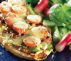 Om du vill bjuda på något enkelt men ändå festligt så passar denna kom på macka-middag perfekt. Gratinerat lantbröd med skivor av fläskfilé, salladslök och körsbärstomater smakar ljuvligt och serveras med en god sallad. Sprouts, Potato Salad, Grilling, Sandwiches, Toast, Potatoes, Cheese, Chicken, Vegetables