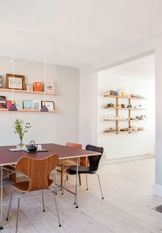New life in historic townhouse- Nyt liv i historisk rækkehus Dining table with various chairs of Danish design and bookshelves hanging on the wall - Home Interior, Interior Decorating, Interior Design, Metal Dining Table, Dining Chairs, Teak Furniture, Furniture Design, Gravity Home, Blue Rooms
