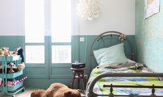 Chambre d'enfant colorée Couleur menthe à l'eau Béatrice Laval Paris - papier peint feuilles Batik - le monde sauvage
