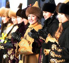 冬季アジア大会の入村式に登場した、伝統的な模様をあしらったコートを着たカザフスタン人の女性たち(カザフスタン・アスタナ)(2011年01月29日) 【撮影=竹井路子 】 ▼29Jan2011時事通信|伝統でおもてなし プレミアム写真館 2011年01月 http://www.jiji.com/jc/pp?d=pp_2011p=201101-photo54 #Asian_Winter_Games #Kazakhs