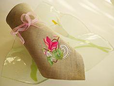"""Вышитая салфетка  """"Цикламенчик"""" выполнена из льна благородного серого  цвета, украшена машинной вышивкой высококачественными вискозными нитками немецких производителей.   Набор из о текстиля с подобной милой вышивкой украсит любой  праздничный стол, послужит прекрасным подарком  на день рождения, новоселье, свадьбу, 8 марта. Возможен заказ на ткани другого цвета, по согласованию, разного количества салфеток. В комплект к салфеткам может быть выполнена скатерть или дорожка на стол."""