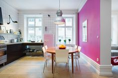 Kitchen dream and a colored wall (not in pink for me but in another color, it would be perfect !).