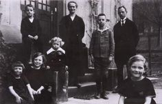 Scholl Family.In the front row (from left) the four children: Sophie, Inge, Werner and Elisabeth (far right); back row: Hans, mother Magdalene, foster-son Ernst and father Robert. Taken around 1925, Ernsbach, Forchtenberg