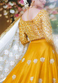 Beautiful Pakistani Dresses, Pakistani Formal Dresses, Pakistani Dress Design, Simple Mehndi Dresses, Mehndi Dress For Bride, Pakistani Mehndi Dress, Mehndi Brides, Stylish Dresses For Girls, Wedding Dresses For Girls