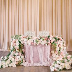 #flowerbazar_проекты Все внимание на свадьбе приковано только к одной паре, в честь которой организуется торжество. Поэтому декор президиума всегда должен быть особенным и органичным. Цветочная скатерть - отличное решение, чтобы подчеркнуть романтику праздника  Организация: @ajur_wedding ➖➖➖ Смотрите наши работы в новом формате: @flowerbazar_gallery
