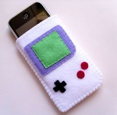 Gameboy phone cover. I might crochet one like this for an ipad/kindle