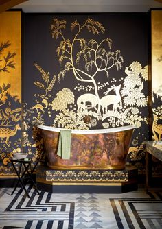 'Rateau' design in standard design colours on Gold Bullion gilded paper with crackled glaze antiquing. Styling by Tara Craig. Chinese Wallpaper, Of Wallpaper, De Gournay Wallpaper, Bathroom Inspiration, Interior Inspiration, Design Inspiration, Wc Decoration, Tapete Gold, Eclectic Bathroom