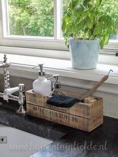 Afwasborstel, vaatdoekje, handzeep en afwasmiddel.... Je hebt nogal wat nodig om je keukenwasbak heen. Ik probeer vaak voor rommel waar ik last van heb een