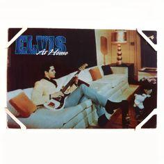 """1965, Elvis """"layin' low"""" in de woonkamer van Graceland met zijn Olympic White Fender Precision Bass."""