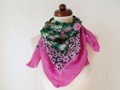 Vintage 1970s silk scarf with floral print von PaperdollVintageShop, €14,90