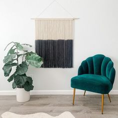 Less is more. link in my bio to purchase this piece or to learn how to make it! I now offer a macramé how to course check it out! #Regram via @CHoVgHTDaqi Mid Century Modern Living Room, Living Room Modern, Home Decor Inspiration, Decor Ideas, Bohemian Living Rooms, Large Macrame Wall Hanging, Hotel Decor, Modern Farmhouse Decor, Minimalist Living