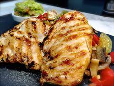 Pollo Tex-mex con guacamole Para el pollo Tex-Mex:  350g de pechuga de pollo fileteada 1 Calabacín 1 cebolleta  o cebolla tierna 1/2 pimiento rojo 1/2 pimiento verde 200g de champiñones laminados 1 pellizco de sal del himalaya Para el guacamole suave:  1 aguacate 1 tomate maduro mediano zumo de 1/2 medio limon