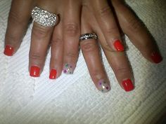 Unhas em vermelho , com aplicação de brilhantes coloridos *