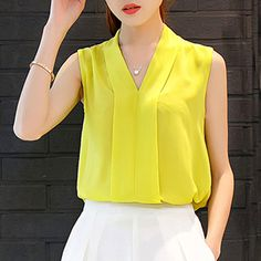 Imagen relacionada ropa blouse, fashion y womens fashion Iranian Women Fashion, Womens Fashion, Classy Outfits, Casual Outfits, Cozy Fashion, Short Tops, African Dress, Corsage, Skirt Outfits