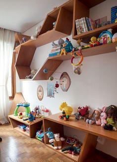 Os brinquedos ficam na estante angular, criada por Thiago Passos e feita de freijó pela Marcenaria Lanzili. O móvel veio do antigo apartamento do casal (Foto: Lufe Gomes/Editora Globo)