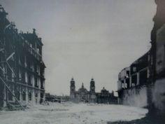La nueva Av. 20 de Noviembre al ser demolida parte de la historia arquitectónica del México colonial. Al fondo la Catedral Metropolitana de México. decada de los 30's