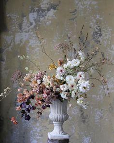 """듀오데플뢰르 Duodesfleurs on Instagram: """"layering : 작은 면을 차례대로겹쳐 부피나 큰면을 만들어 주는 것 가장 좋아하는 화훼장식기법이에요 다음주 영상수업 촬영을 앞두고 이론정리를 하고있어요😆 . . . #듀오데플뢰르 #duodesfleurs #flowerclass…"""" Tall Flower Centerpieces, Flower Vases, Flower Decorations, Flower Art, Large Floral Arrangements, Beautiful Flower Arrangements, Beautiful Flowers, Ideas Prácticas, Tall Flowers"""