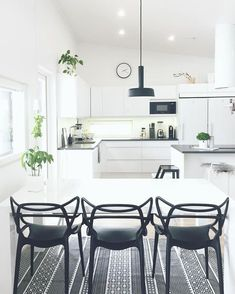 Kartell Masters chair black / black and white kitchen Chaise Masters, Single Apartment, Kitchen Design, Kitchen Decor, Modern Interior, Interior Design, Kartell, Scandinavian Home, Dining Room Chairs