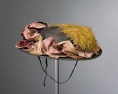 zondagse meisjeshoed, Oldebroek 1880-1949 Na 1880 kwamen in steeds meer streken strohoedjes, versierd met kunstbloemen, in de mode als zondagse dracht voor jonge meisjes. Dergelijke hoeden werden ook wel 'bloementuin' genoemd, naar hun, soms uitbundige, opmaak. #Gelderland #Veluwe #nieuwedracht #Oldebroek