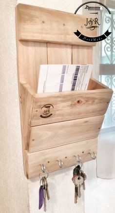 Buzón de interior con porta-llaves Diy Wood Projects, Wood Crafts, Diy And Crafts, Garage Furniture, Wall Key Holder, Recycled Pallets, Diy Woodworking, Home Organization, Rustic Decor