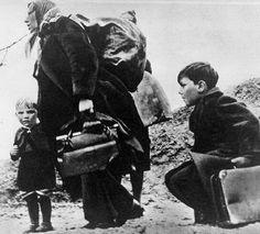 Fluechtende Mutter mit ihren Kindern 1945
